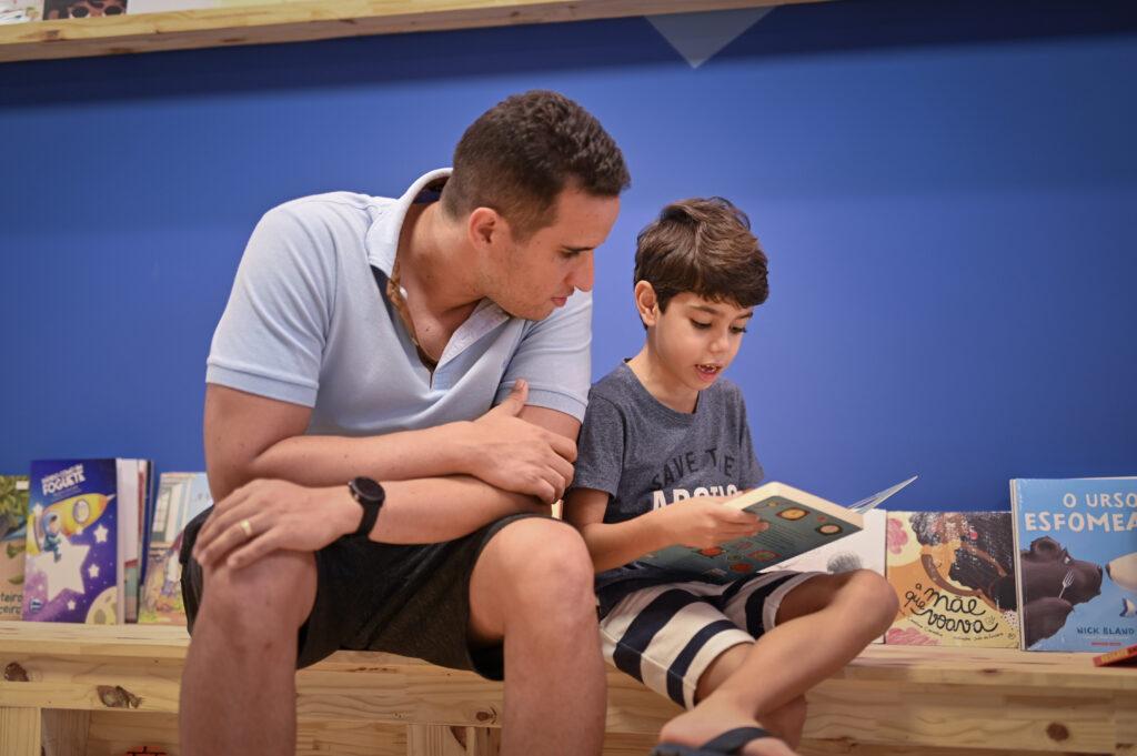Pai e filho lendo na Livroteca Story Time